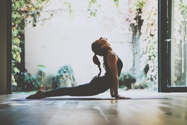 tập yoga giảm đau nhức xương khớp