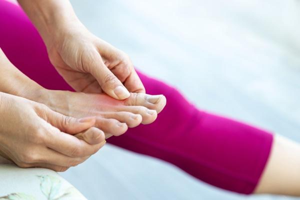 bệnh gout gây ra những cơn đau nhức