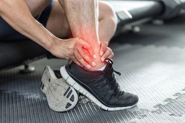 triệu chứng đau khớp cổ chân do bong gân gây ra