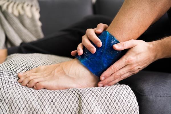 chườm túi nóng lạnh để giảm đau cổ chân