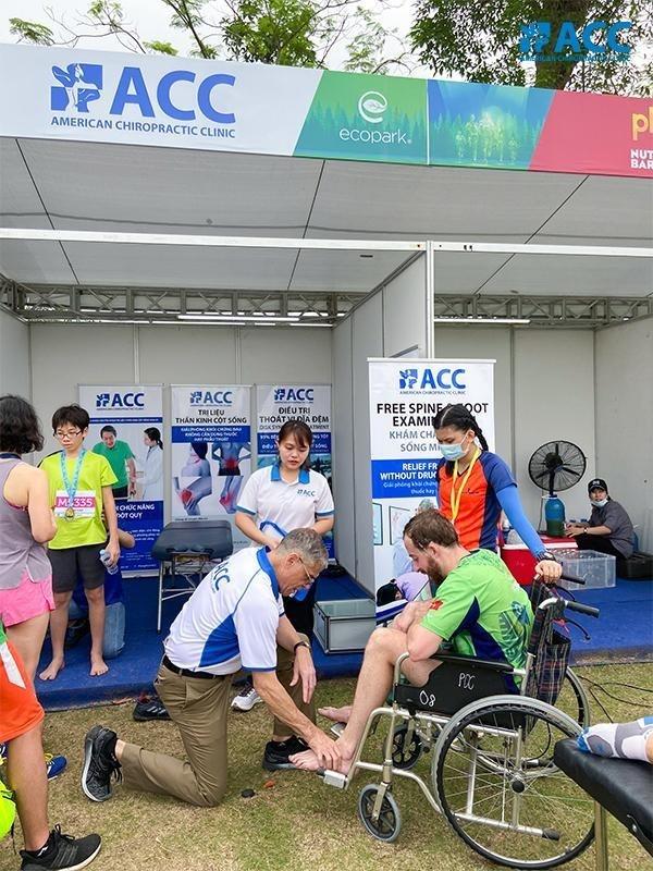 Bác sĩ ACC hỗ trợ vận động viên bị bong gân