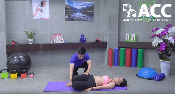 Chuyên viên ACC hướng dẫn bài tập kéo giãn cơ bên thân mình