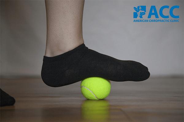bài tập lăn bàn chân với bóng tennis hoặc golf