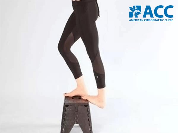 bài tập điều trị bàn chân bẹt nâng vòm bàn chân với bục