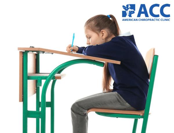 trẻ bị gù lưng do ngồi sai tư thế