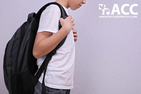 dấu hiệu gù lưng ở trẻ