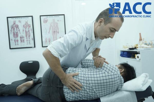 chữa thoát vị đĩa đệm bằng chiropractic
