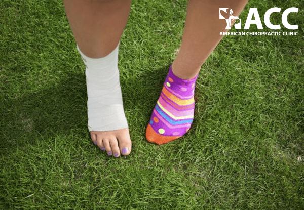 viêm xương khớp gây đau mắt cá chân khi đi bộ