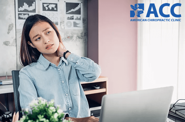 Ngồi làm việc sai tư thế dẫn đến đau vai gáy
