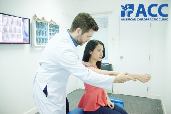 Bác sĩ Tim Gallivan kiểm tra chức năng vai cho bệnh nhân