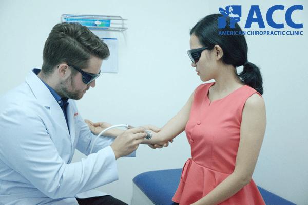 chữa viêm khớp khủy tay bằng tia laser cường độ cao
