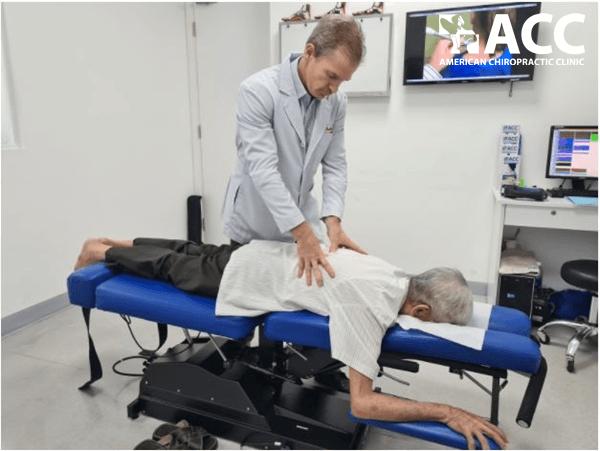chữa đau lưng giữa bằng phương pháp Chiropractic