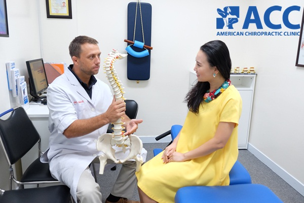 bác sĩ chẩn đoán và điều trị thoái hóa cột sống