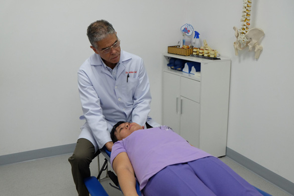 chữa đau xương khớp bằng chiropractic
