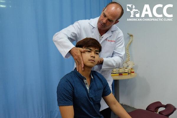 nắn chỉnh cốt sống cho bệnh nhân đau cổ