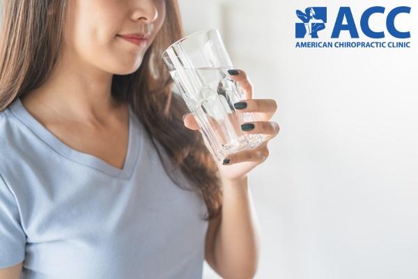 uống đủ nước giúp giảm bớt những cơn đau đầu