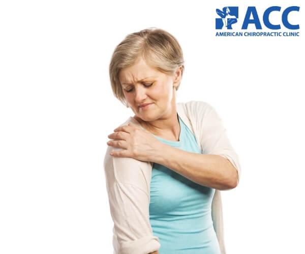Viêm khớp vai khiến vai người bệnh vô cùng khó chịu khi vận động