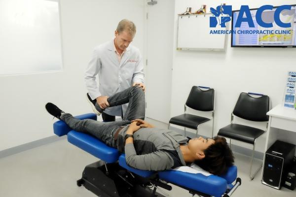 Bác sĩ tại ACC đang kiểm tra tình trạng đầu gối của bệnh nhân