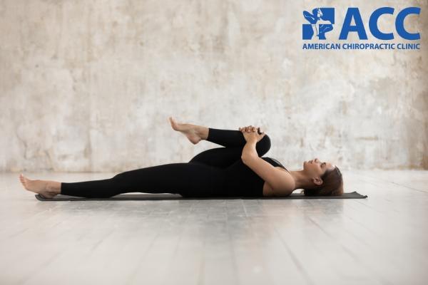 Bài tập kéo giãn cơ lưng bên chân co