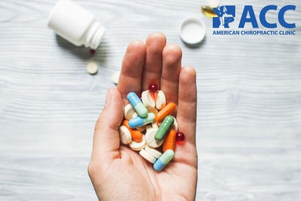 trị đau lưng dưới bằng thuốc Tây có thể gây tác dụng phụ