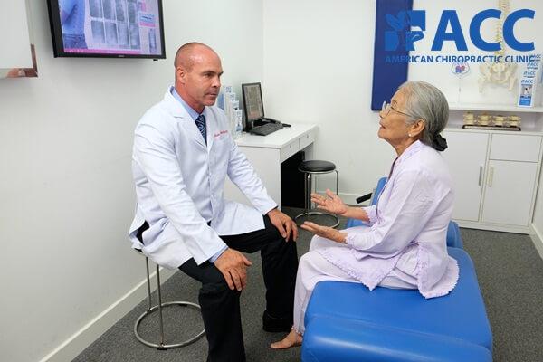 Bác sĩ Wade Brackenbury đang tư vấn về phương pháp Trị liệu Thần kinh Cột sống cho người bệnh