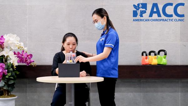 Bệnh nhân được hướng dẫn tập thở với dụng cụ phế dung kế khuyến khích
